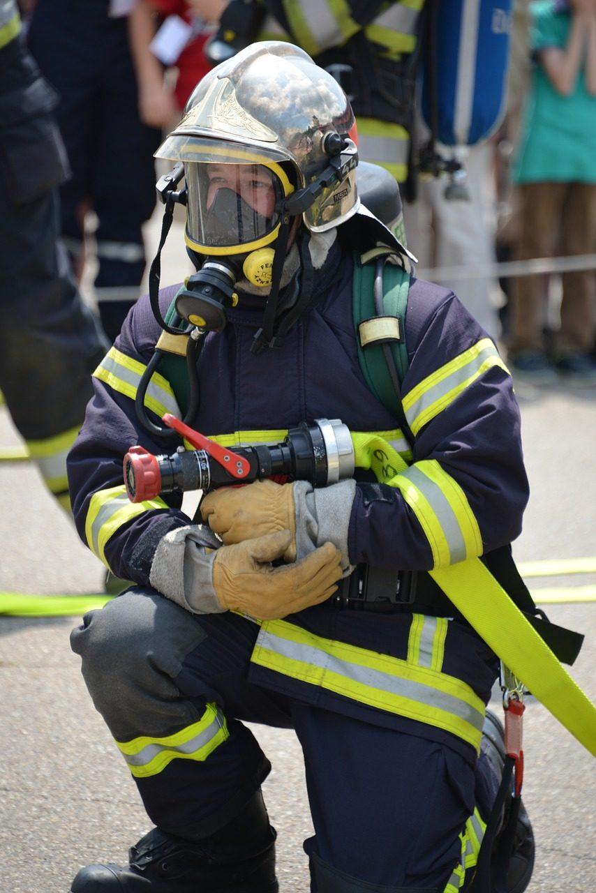 Feuerwehrmann mit Strahlrohr